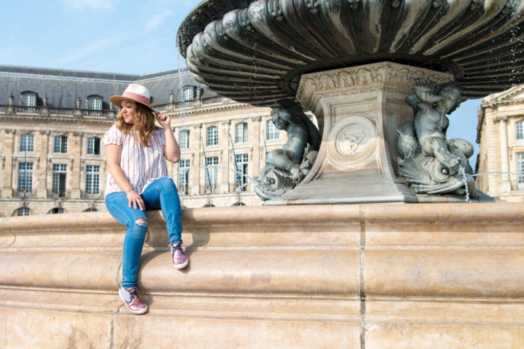 Camille in Bordeaux sur la place de la Bourse à Bordeaux