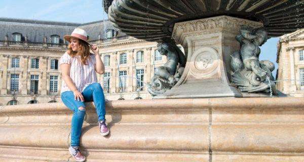 Camille in Bordeaux sur la place de la Bourse à Bordeaux